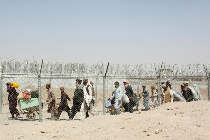 People arriving from Afghanistan in the border town of Chaman, in Pakistan